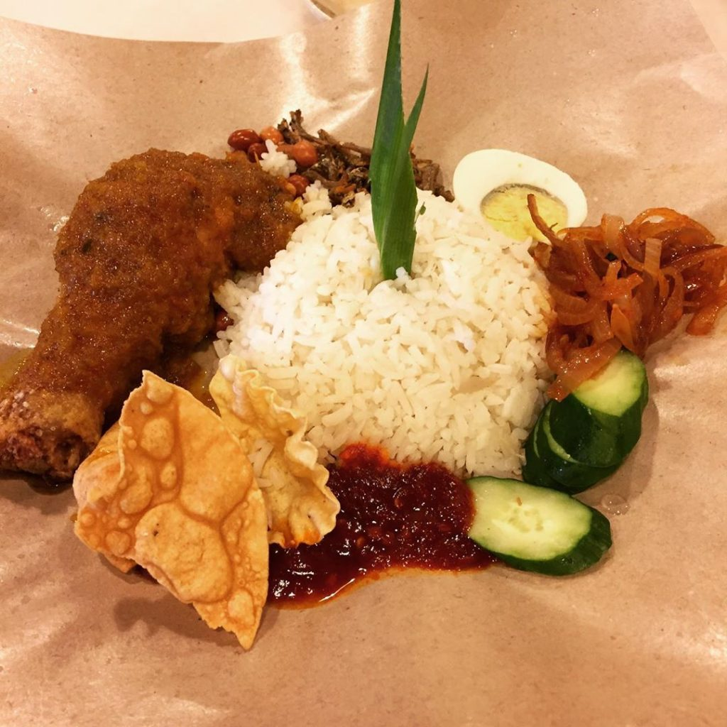makanan khas malaysia : Nasi Lemak